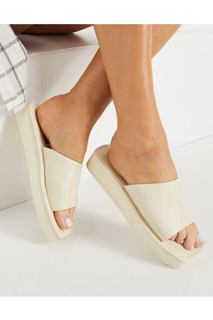 London Rebel Flatform nineties slides with square toe in cream-White