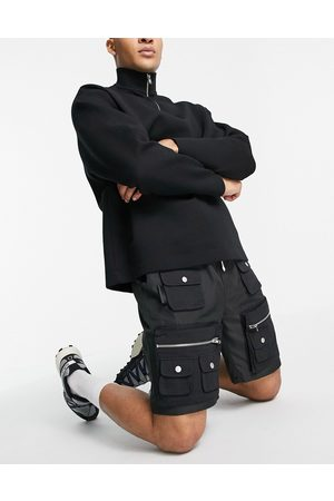 Mennace Cargo shorts in black with 3D pockets