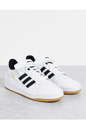 adidas Kadın Forum Low trainers in white with black stripes and gum sole